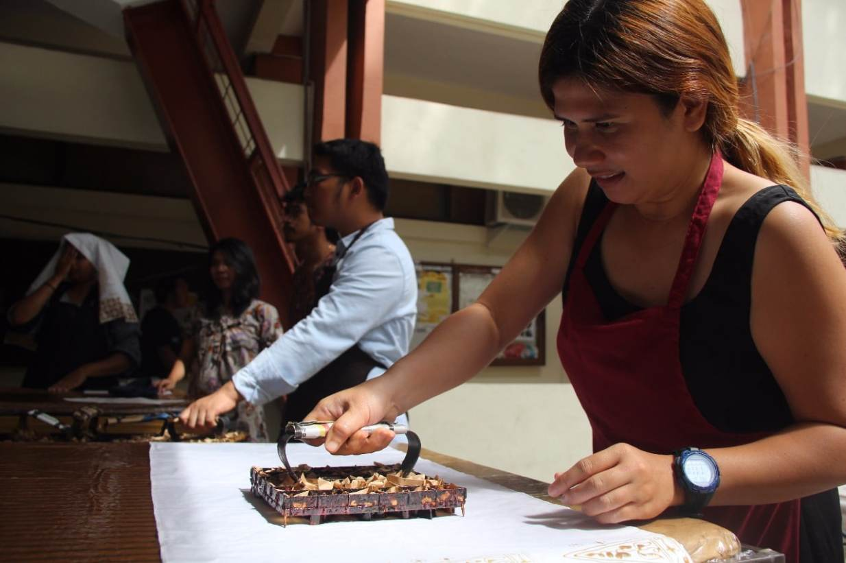 Foreign Students Learn Batik Making in FSRD UNS