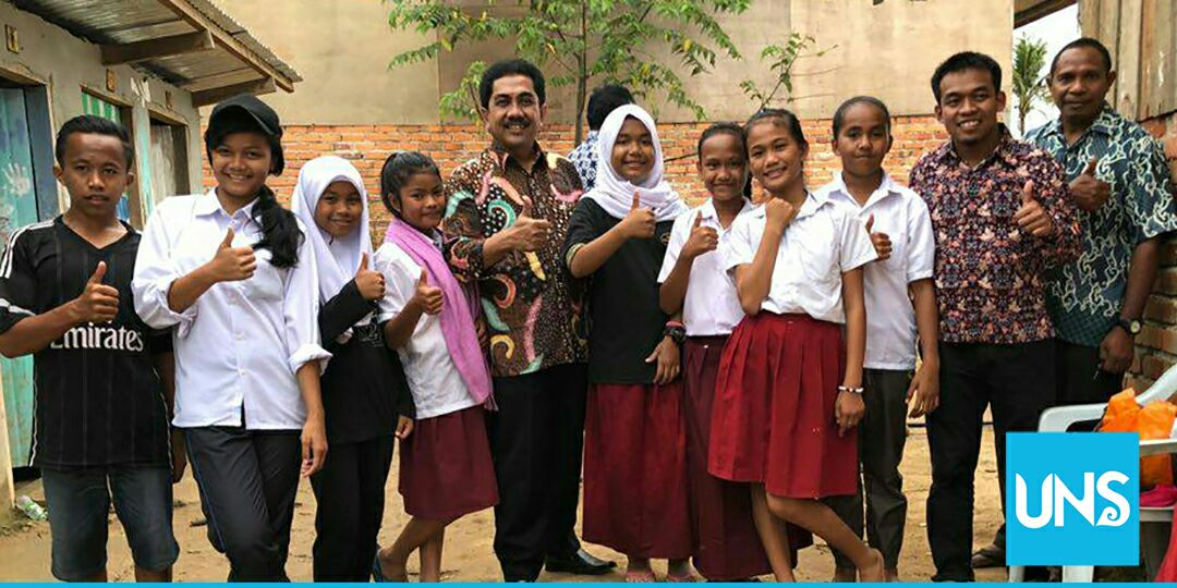 Widodo Muktiyo took photos with the children of migrant workers in Sabah, Malaysia