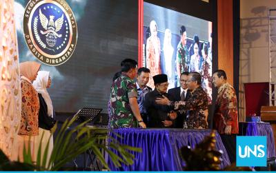 Rektor UNS Ravik Karsidi bersalaman dengan Presiden ke-3 Republik Indonesa BJ Habibie di Peresmian SMA Pradita Dirgantara