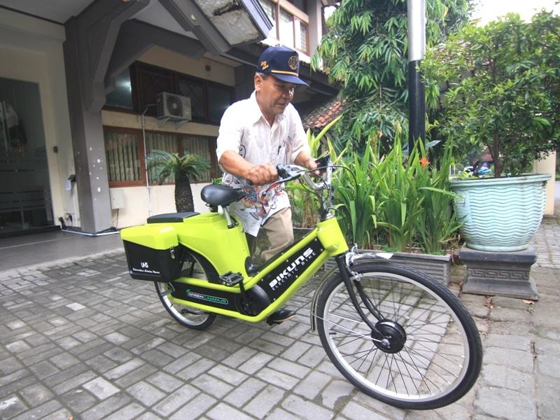 (dari kiri) Sholihin - Dekan FT, Kuncoro Diharjo, dan Ravik Karsidi- Rektor UNS mencoba BIKUNS. Sepeda listrik buatan Pusnas ini mampu menempuh jarak 30 km.