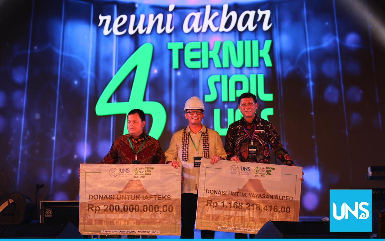 Penyerahan donasi oleh panitia Reuni Akbar Teknik Sipil 2018 kepada Alped dan IAFTEKS
